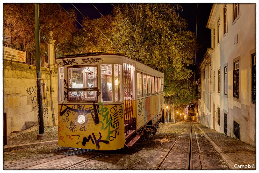 Tram am Miradouro de Sao Pedro