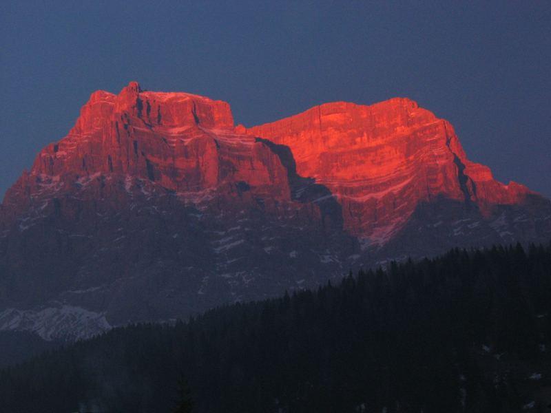 tramonto sulle montagne