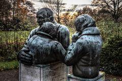 Trauer (Statuen am Osterholzer Friedhof, Bremen)