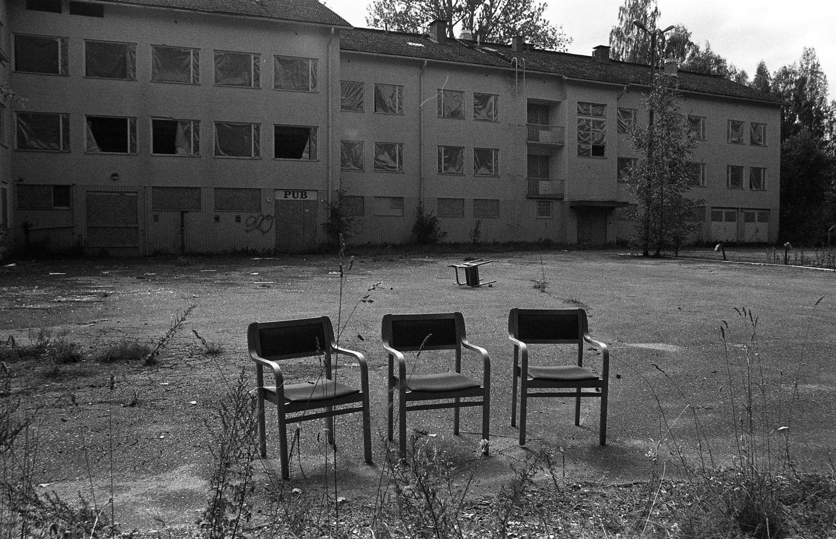 Le Sedie Vuote.Tre Sedie Vuote Mi Fanno Compagnia Foto Immagini
