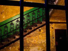 Treppe hinter Gitter