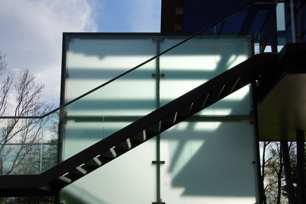 Treppe im Schatten oder Architektur in der Natur