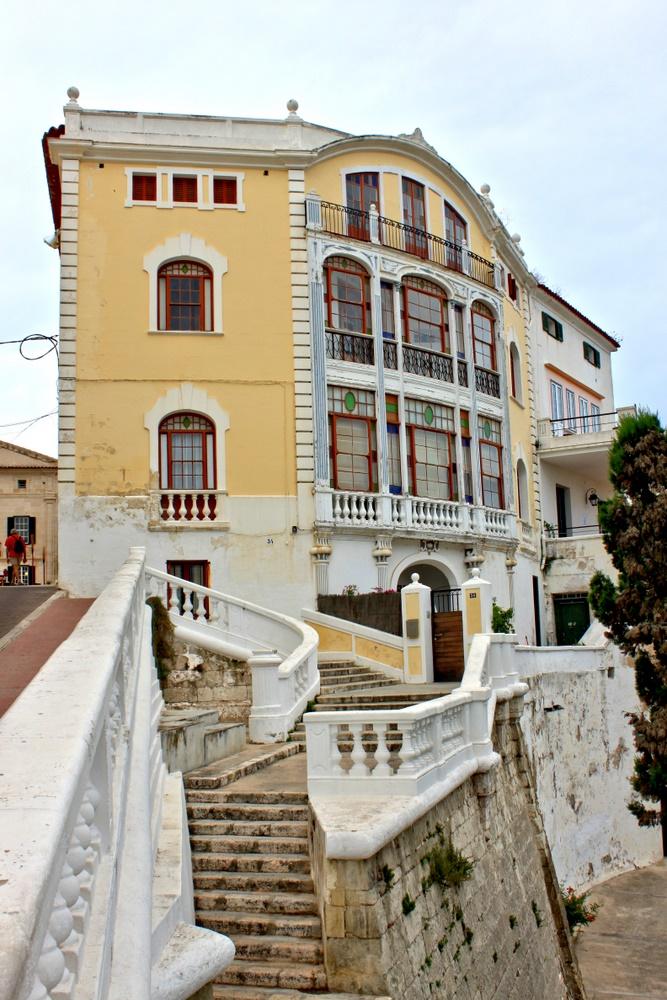 Treppe und Haus in Gelb und Weiß