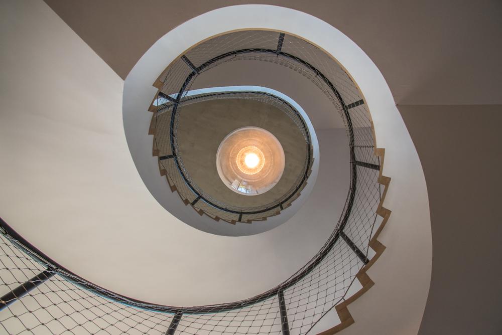 Treppenhaus mit Lampe