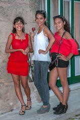 Tres chicas en la calle