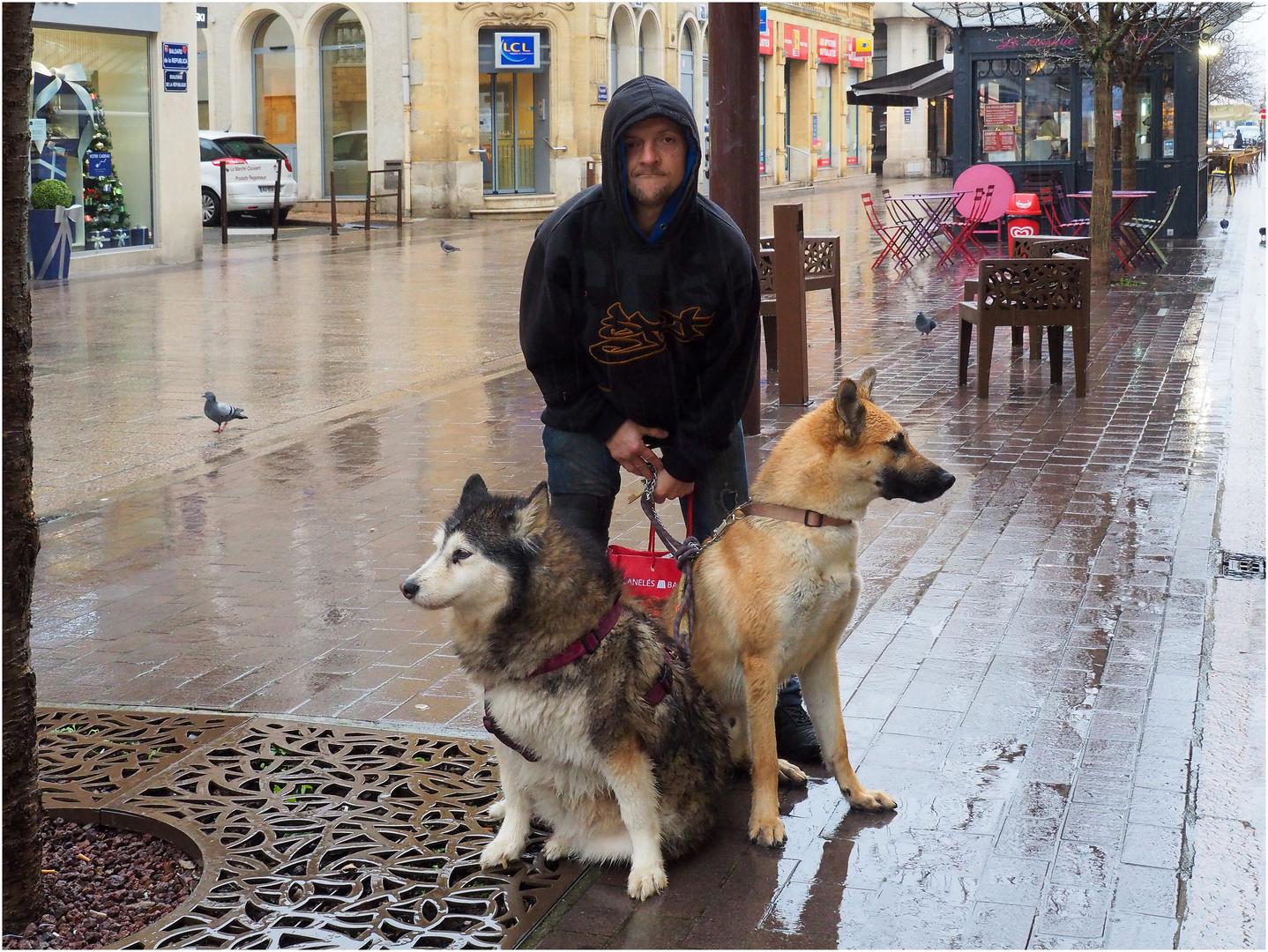 Très fier avec ses deux chiens