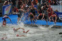 Triathlon Hamburg - Angriff auf die letzten 500 m Schwimmen