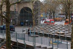 Tribünenaufbau für den Rosenmontagszug in Köln