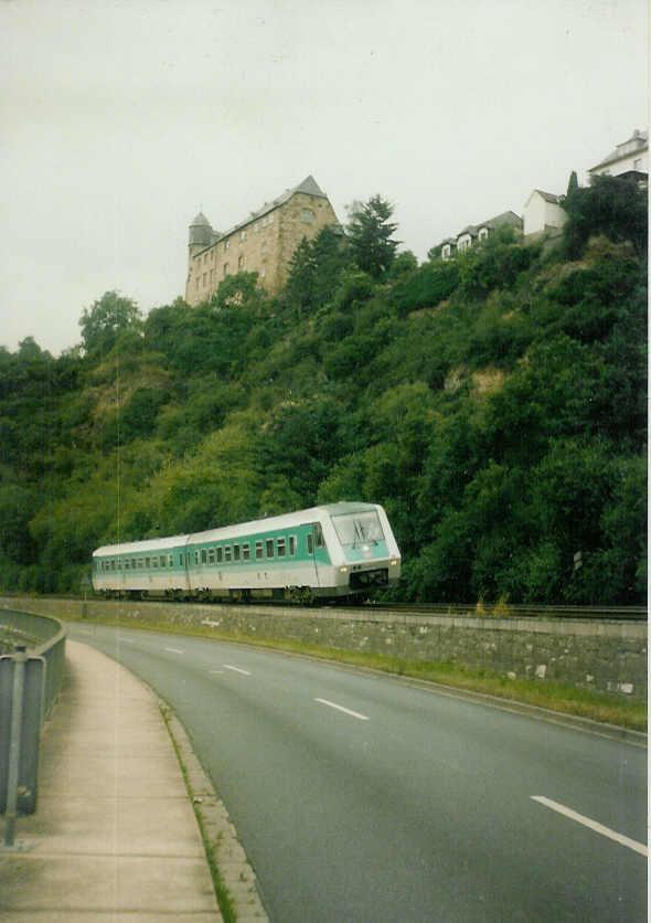 Triebwagen im Lahntal unterhalb der Burg Schadeck