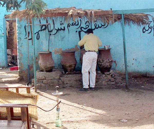 Trinkwasserfässer an einer Busraststätte