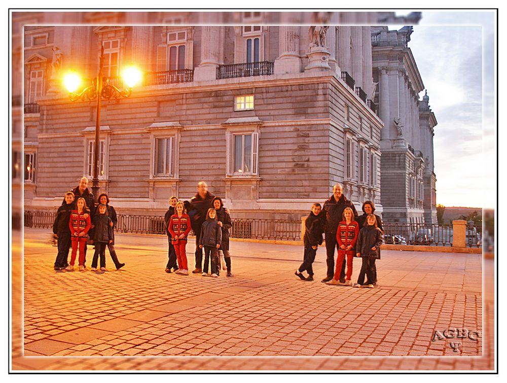 Triple familia al atardecer junto al Palacio Real de Madrid. (3 Img.)