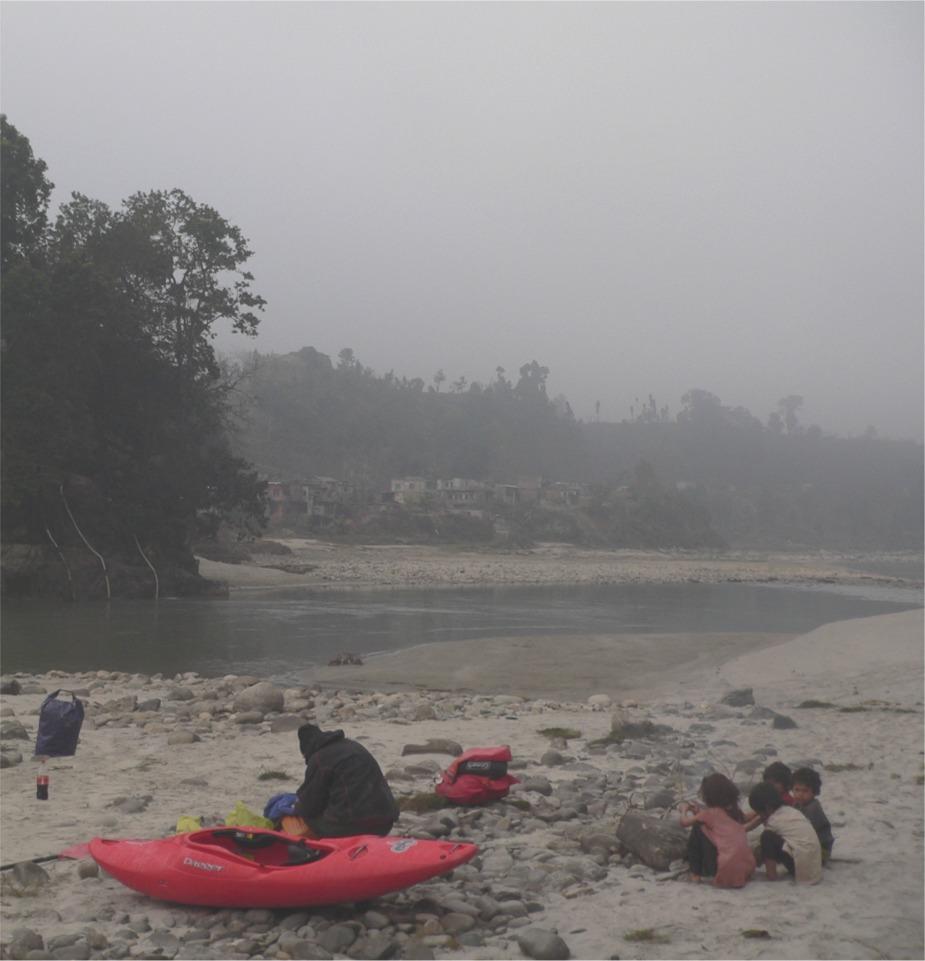 Trisuli am Einstieg in Baireni: der Morgen empfängt uns mit Kälte, Nebel und neugierigen Kinderaugen