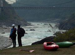 Trisuli River Nepal Inspektion einer Stromschnelle unter der Brücke von Mugling