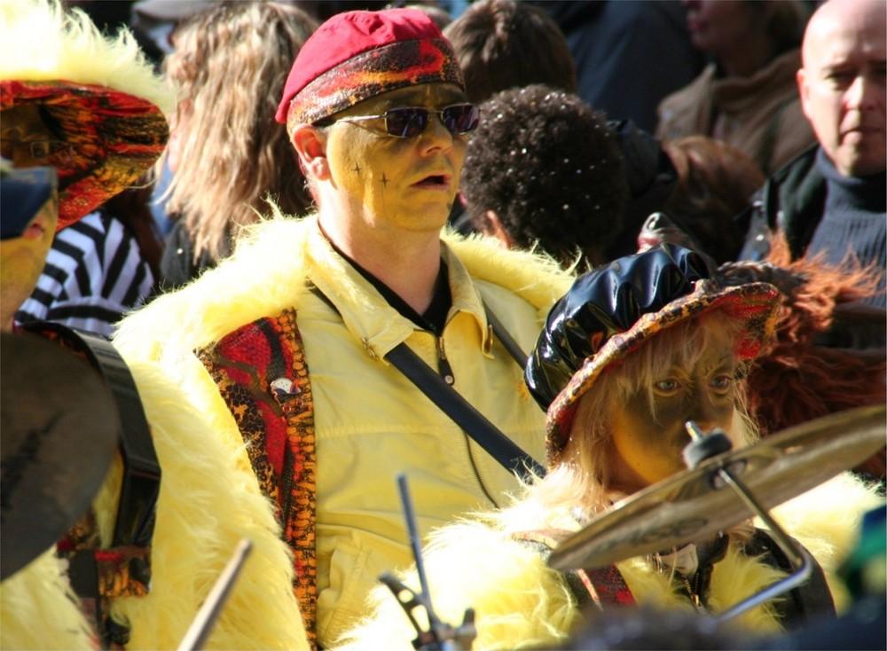 Trommler und Trommlerin einer Faschingskapelle