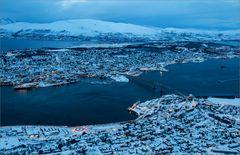Tromsö von oben zur blauen Stunde