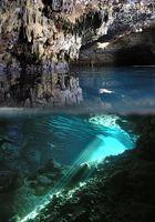 Tropfsteinhöhle an der Küste der Halbinsel Peljecak