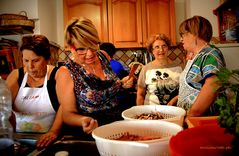 troppe donne in cucina  -  too many women in the kitchen