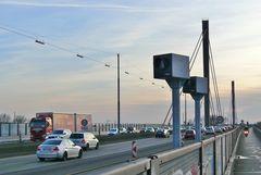 Trotz Blitzer und Warnschilder auf den Autobahnen um Leverkusen...