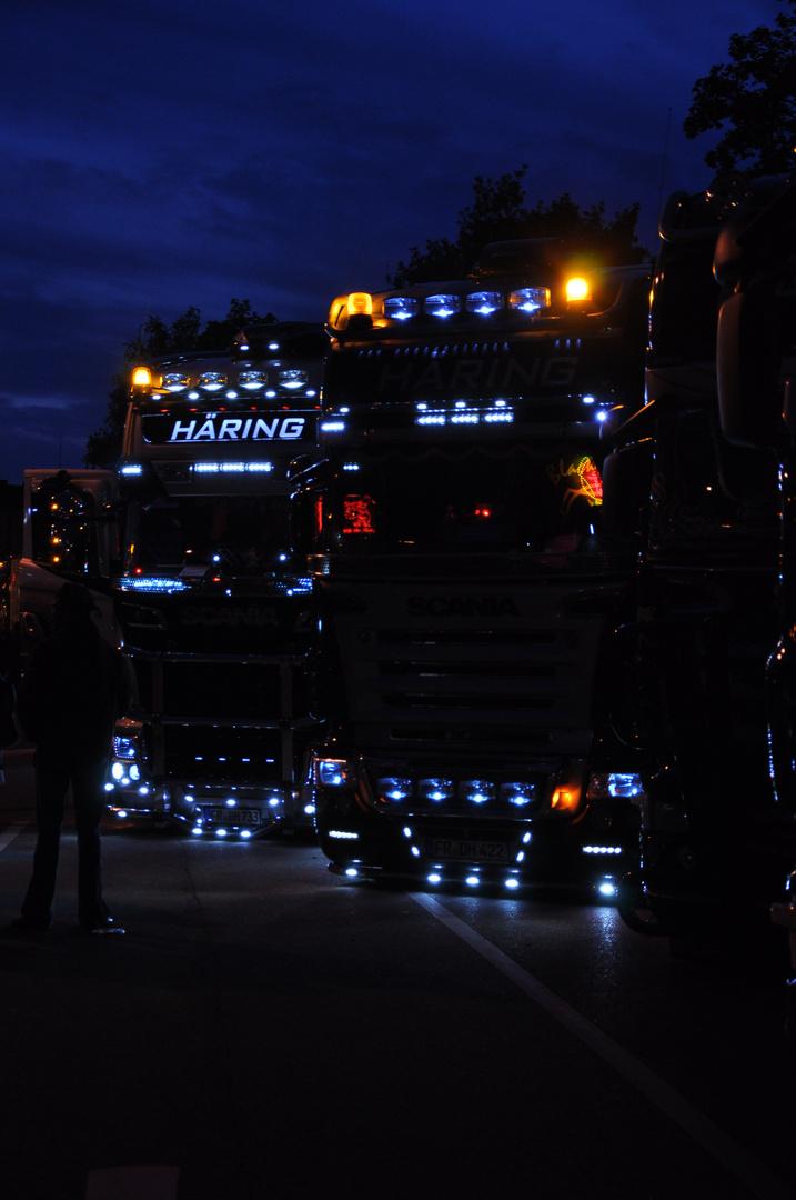 Trucks am Abend auf dem Truckerfest