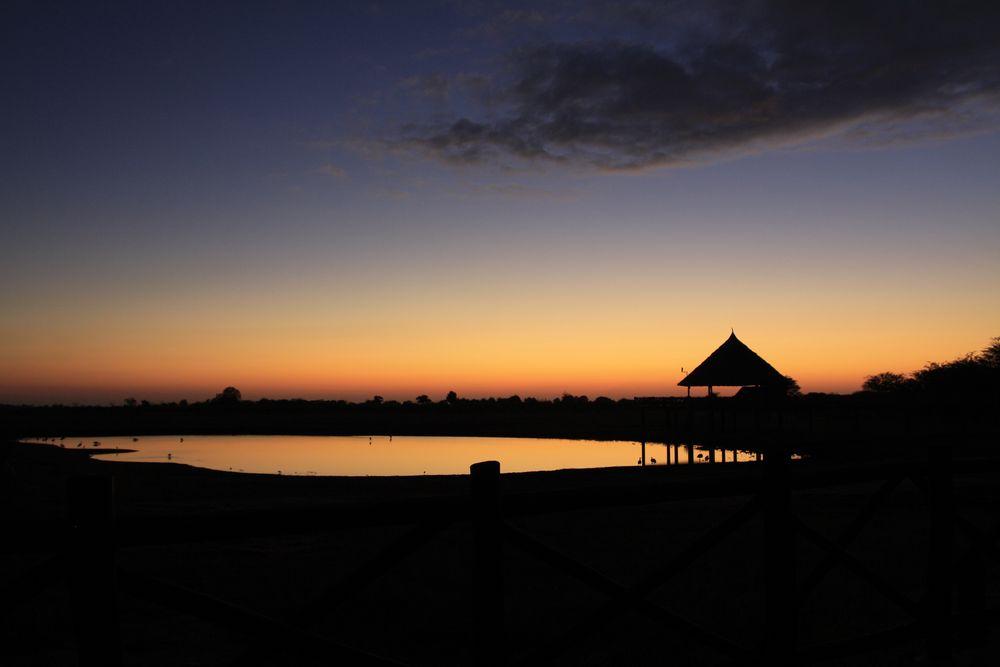Tsavo east NP Sonnenuntergang am Wasserloch