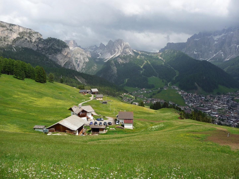 Tubla-Bauernhof (1782 m.hoch) mit Blick auf Wolkenstein, Juni 2010