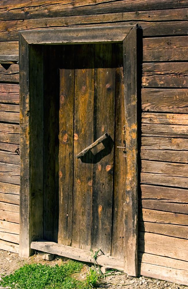 Tür an einer Alphütte