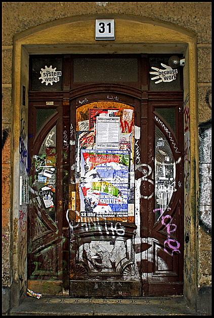 Tür mit Gebrauchsanweisung