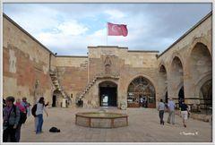 Türkei - Karawanserei Saruhan - Nordseite und Eingang