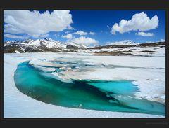 Türkisblaue Schneeschmelze