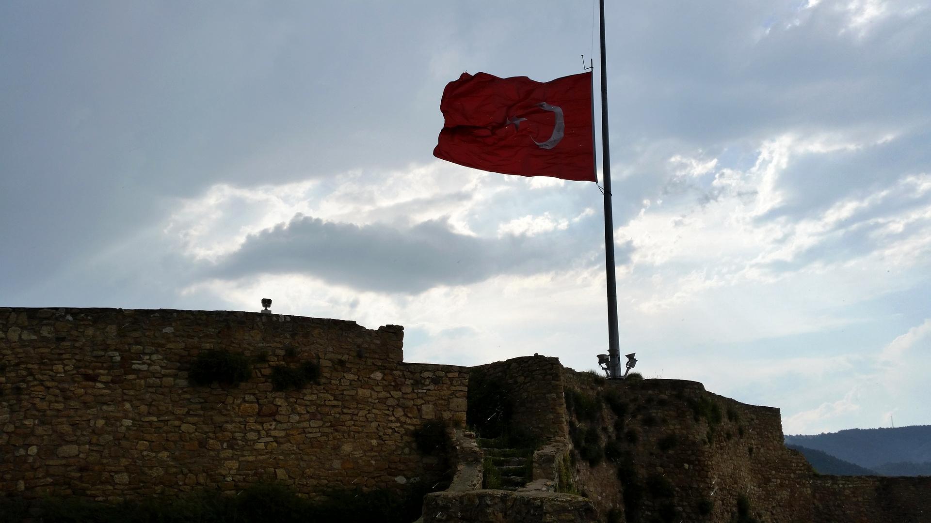 Türkische Fahne über Kastamonu auf halbmast