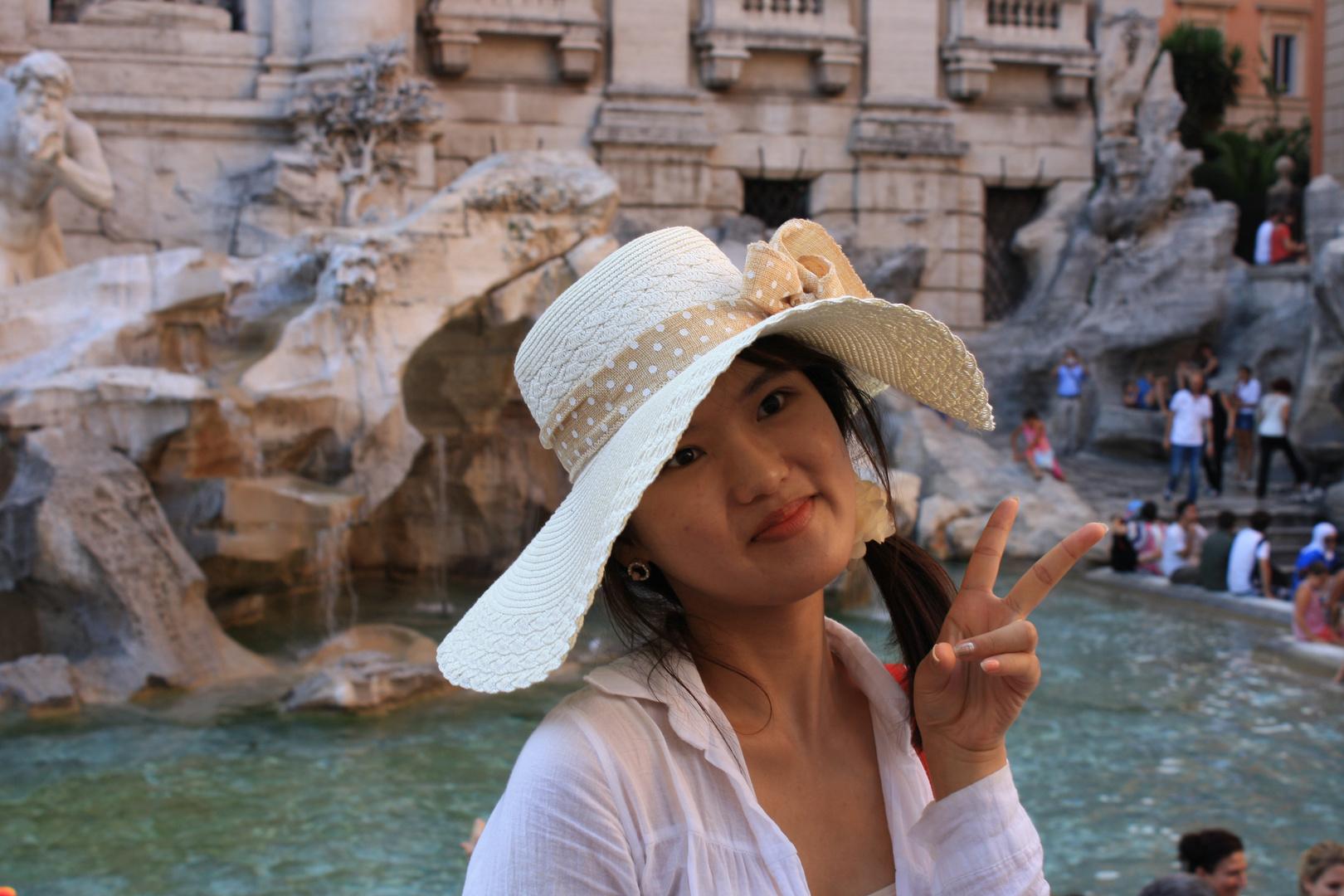 turista a fontana di trevi