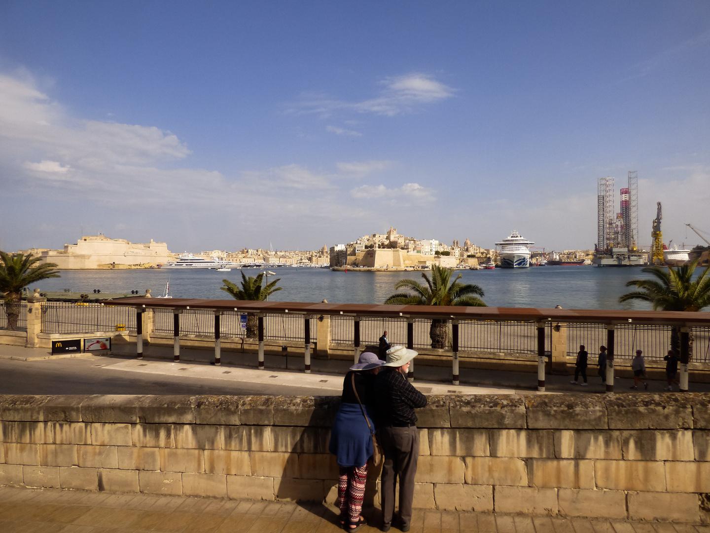 Turistas contemplando el puerto