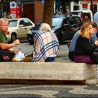 Turisti come i colombi...mangiano in via.