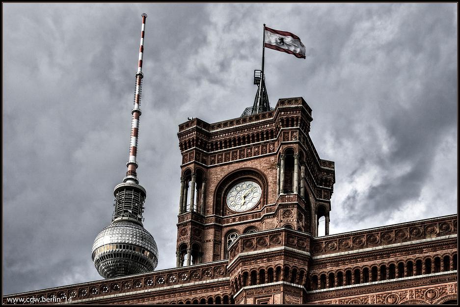 turm des 'roten rathaus' und fernsehturmkuppel