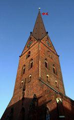 Turm St. Petri ( mit Pfeil )