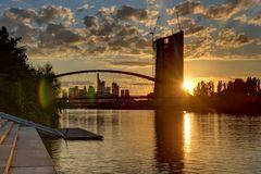 Turm und Brücke beim Sonnenuntergang