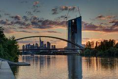 Turm und Brücke nach Sonnenuntergang
