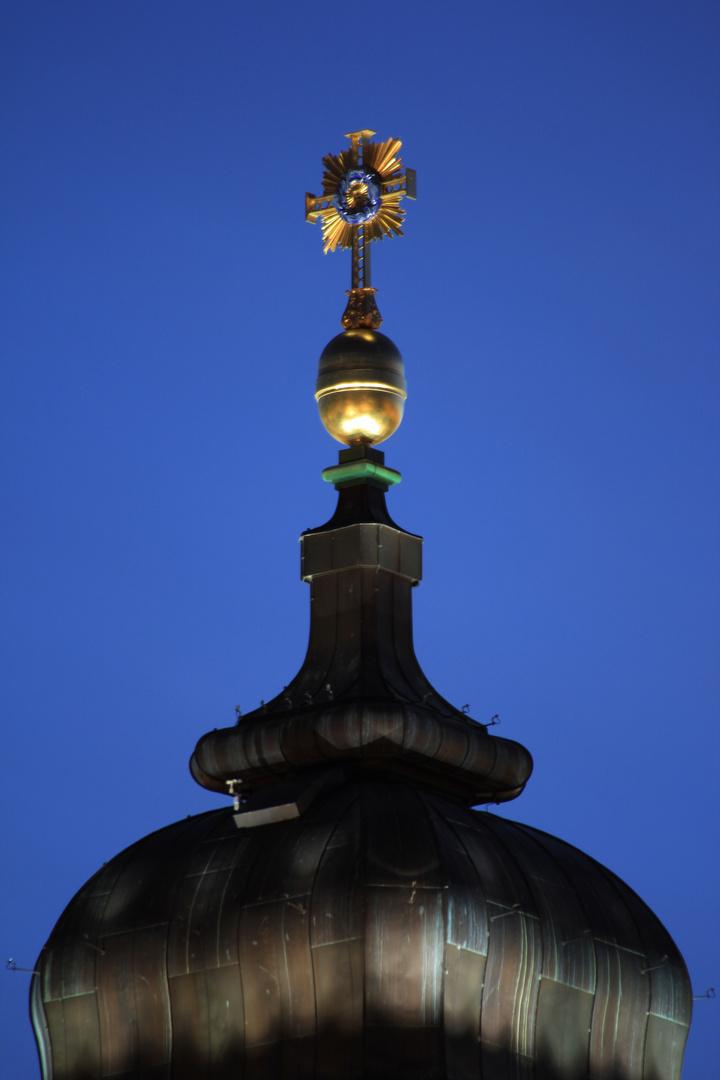 Turmkreuz der Frauenkirche zur Blauen Stunde