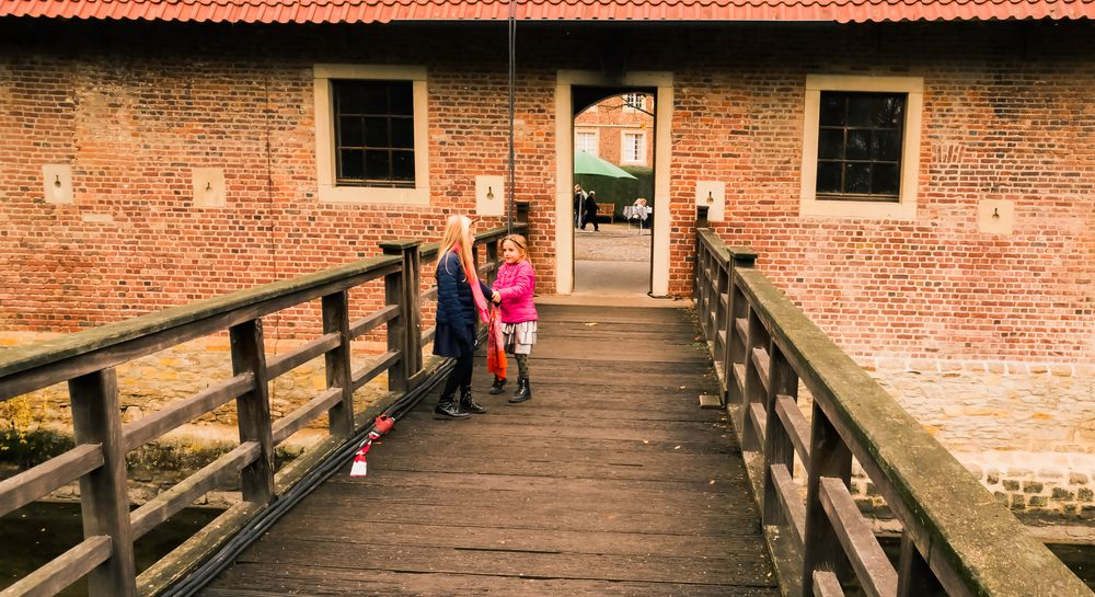 twee Hollandse meisjes in het midden van de brug