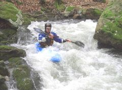 typisch Kajak fahren im Schwarzwald - eng & schnell