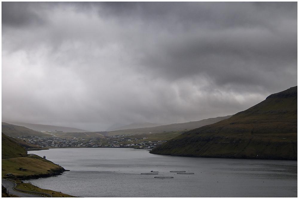 Typische Wetterbedingungen beim Blick auf Sorvagur.