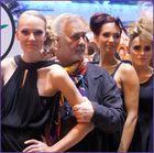 Udo Walz inmitten der Models von Paul Mitchell