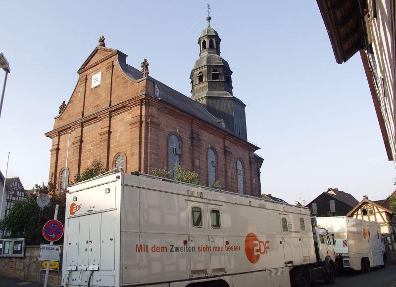 Ü-Wagen vor der Pfarrkirche
