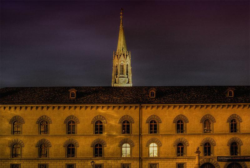über dem Dach steht ein Turm