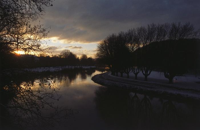 Über dem Fluß
