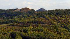 Über dem Ort Sutom links der Holy vrch (Kahle Berg)...