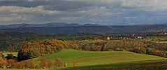 Über den bewaldeten Höhenzug bei Pirna schauen die Gipfel der Sächsischen Schweiz...
