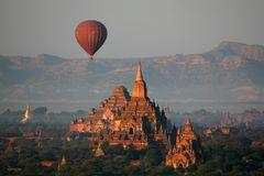 Über den Tempeln von Bagan