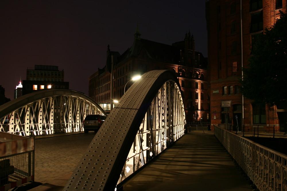 Über diese Brücke muss sie gehen