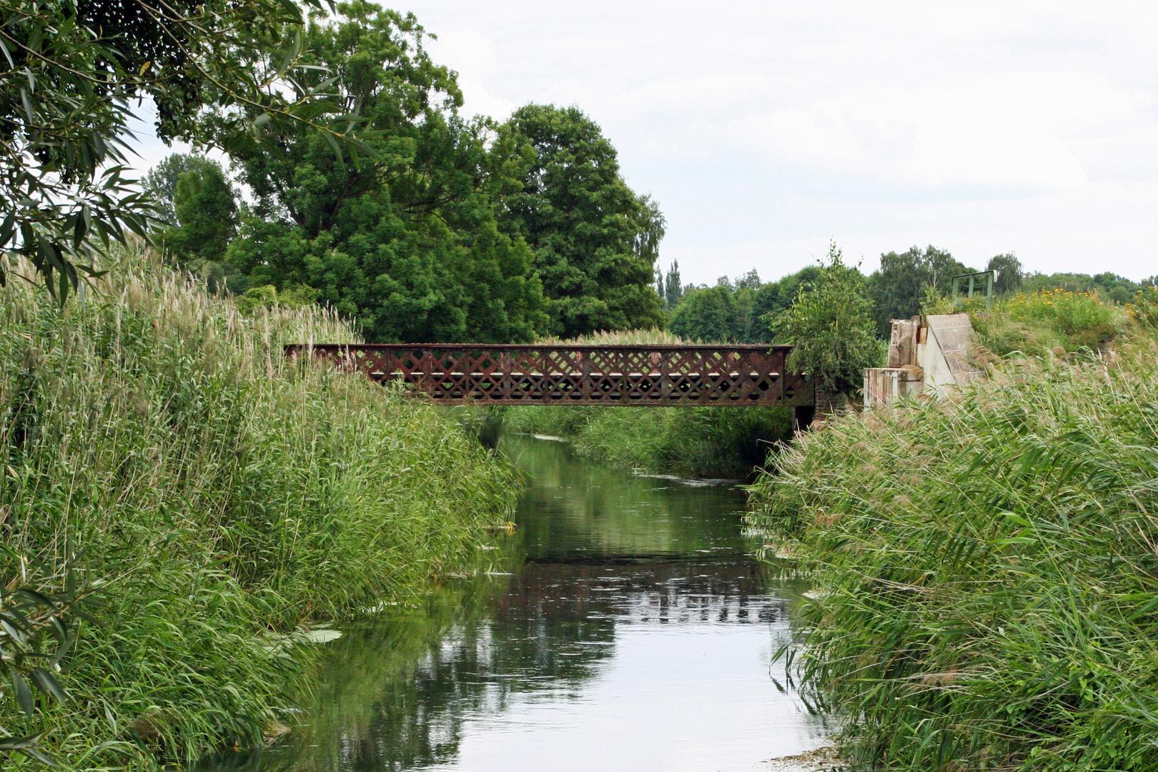 Über diese Eisenbahnbrücke fahren keine Züge mehr.